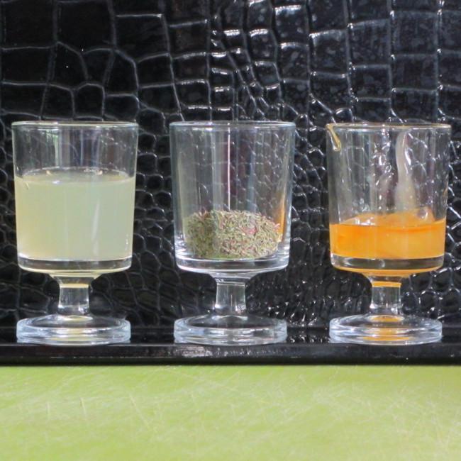 1. Prépare les ingrédients pour ton infusion : le jus d'un demi citron, une cuillère de feuilles de thym, une cuillère de miel