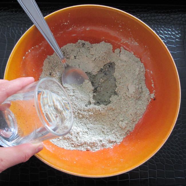 Etape 7 : verse l'eau progressivement et commence à mélanger