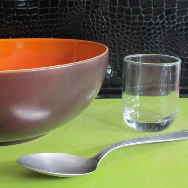 Le matériel : un grand saladier, un verre et une grande cuillère