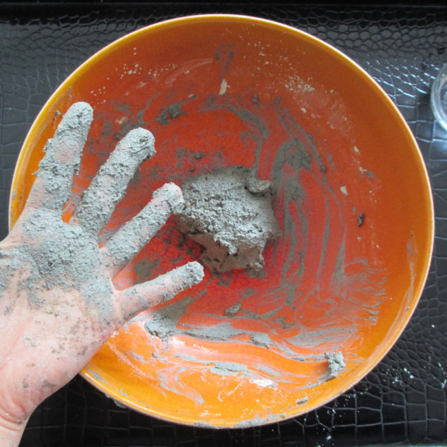 Etape 9 : ajoute de l'eau et malaxe jusqu'à obtenir une grosse boule collante.