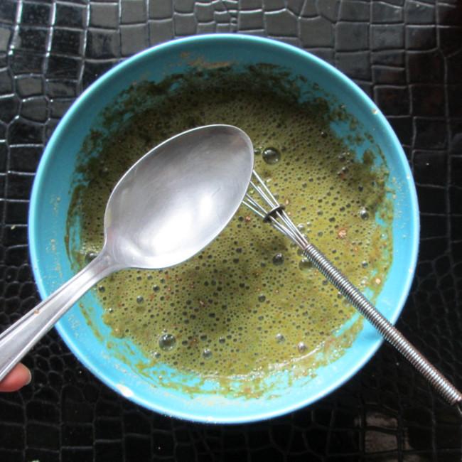 Etape 7 : une fois que toute la poudre est mélangée, ajoute une cuillère à soupe d'huile et mélange un peu.