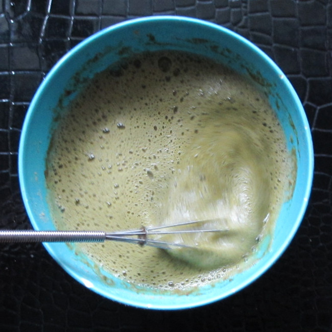 Etape 9 : sors l'huile de coude et venge-toi du shikakai volant en faisant épaissir le mélange. Pour info, c'est la poudre de sidr qui fait épaissir, dont si tu n'en as pas mis, inutile de mélanger des heures, ça n'épaissira pas.