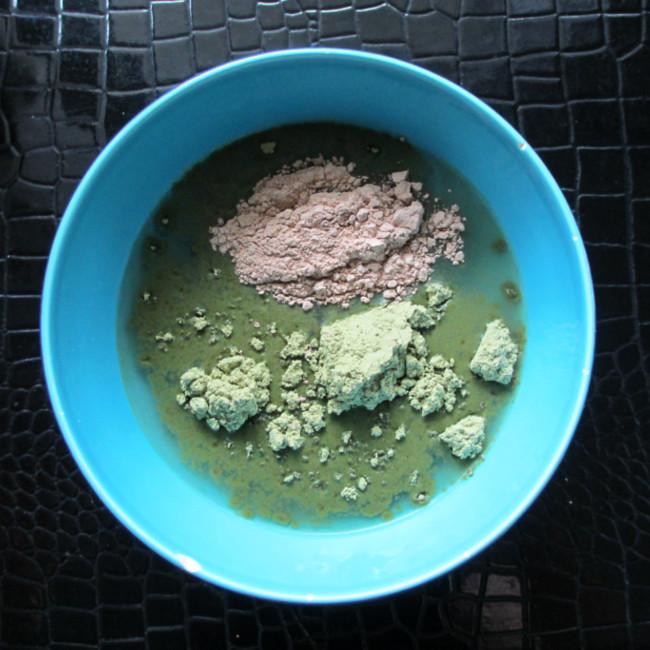 Etape 5 : verse la poudre de shikakai dans le bol