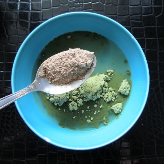 Etape 4 : éloigne ton nez et mesure une cuillère à soupe de poudre de shikakai