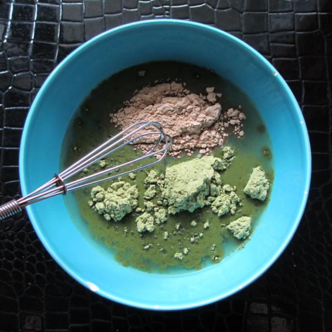 Etape 6 : sors ton fouet ou ta fourchette et commence à mélanger tout doucement. Il ne faut pas que la poudre vole. Sinon, attention les yeux !