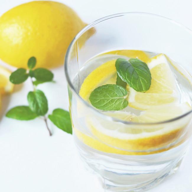 De l'eau, du citron, un apéro sans alcool
