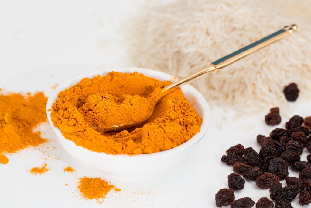 La poudre de curcuma a une belle couleur orange.
